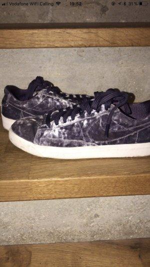 Nike Sneaker in samt