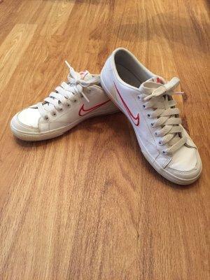 Nike Sneaker mit pinkem Logo