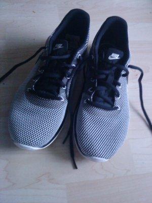 NIKE Sneaker neuwertig schwarz/weiß 40