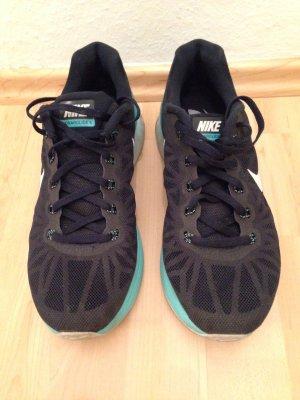 Nike Sneakers in schwarz mit Türkisfarbener Sohle, Größe 39