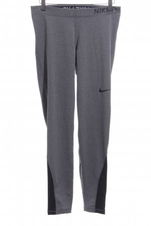 Nike Sporthose hellgrau Schriftzug gedruckt sportlicher Stil