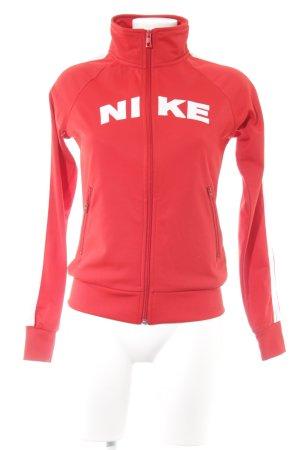 Nike Sportjacke rot Schriftzug gestickt sportlicher Stil