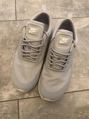 Nike Thea Grau