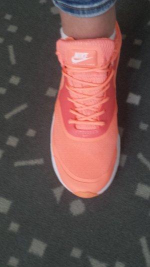 Nike Thea in der Farbe Coral