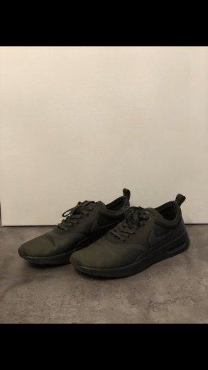 Nike Thea in der Herbst Farbe dunkelgrün