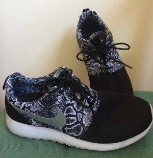 Nike Turnschuhe in schwarz/ Schlangenoptik