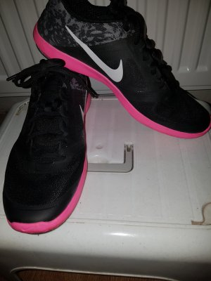 Nike Turnschuhe mit pinker Sohle.