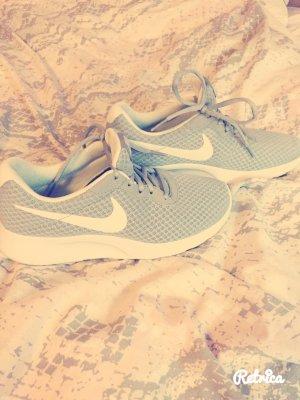Nikesportschuhe im schlichten grau