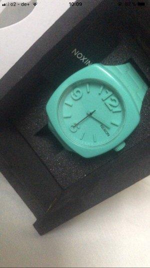 Nixon Uhr mit Etikett