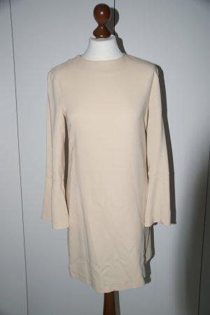 Nude-arbenes Kleid von Zara mit leichten Trompetenärmeln