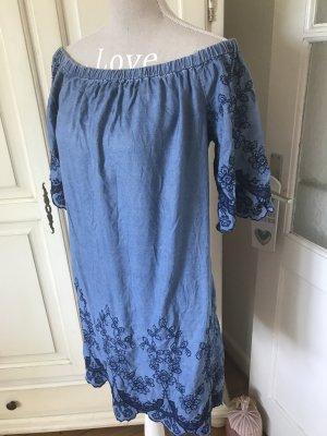 Off Shoulder Kleid mit Stickereien