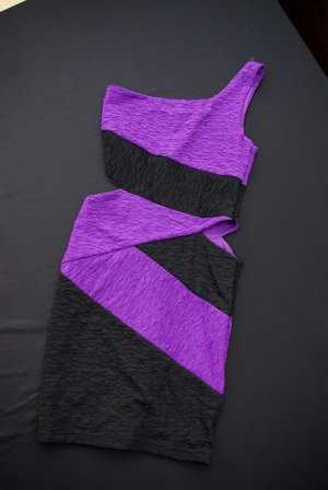 Off shoulder one shoulder dress party Kleid mit cutout black purple