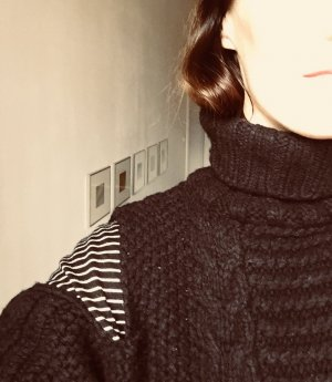 Off-Shoulder Rollkragenpullover in Patentstrick