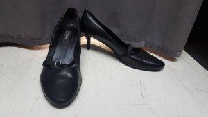 offene Schuhe mit kleinem Absatz