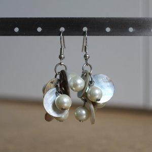 Ohrhänger mit beigefarbenen Perlen