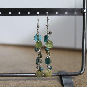 Ohrhänger mit blauen und grünen Perlen