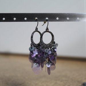 Ohrhänger mit violettfarbenen Pailletten