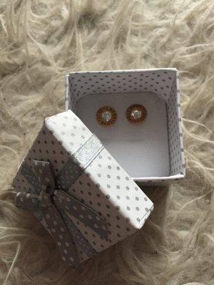 Ohrringe aus Gold mit Aufschrift