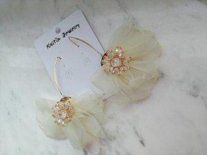 Boucle d'oreille incrustée de pierres blanc-doré