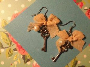 Ohrringe Hänger mit nudefarbener Schleife, Schlüssel, Perle