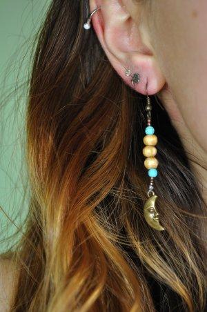Ohrringe mit Mond und verschiedenen Perlen