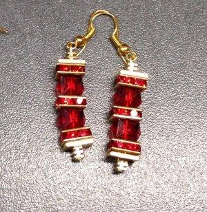 Ohrringe mit rubinfarbenen facettierten Acryl Perlen und Strass Rondellen