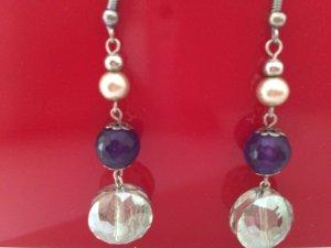 Ohrringe mit verschiedenfarbigen Perlen
