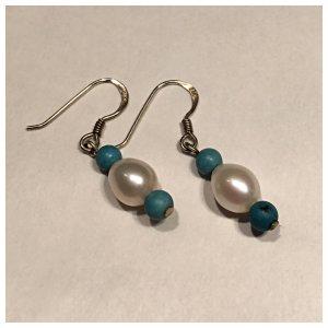Ohrringe mit weißen und türkisen Perlen. Frisches Design