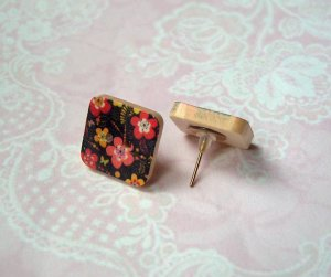 Ohrstecker Holzknopf Blüten schwarz Quadrat