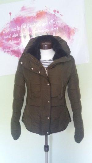 Olivefarbige Winterjacke von Zara