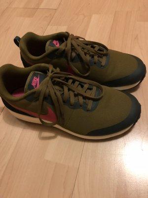 Olivfarbene Nike Sneaker
