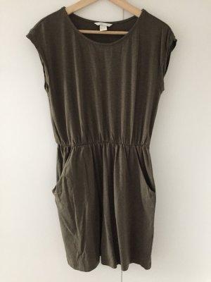 Olivfarbenes T-Shirt-Kleid