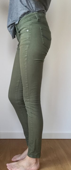 Olivgrüne Röhren Jeans