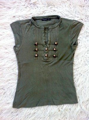 Olivgrünes T-Shirt von Atmosphere mit goldenen Knöpfen