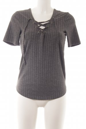 Only Camisa acanalada gris look casual