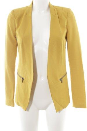 Only Blazer de esmoquin amarillo oscuro look casual