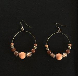 Orange-braune Creolen mit Perlen