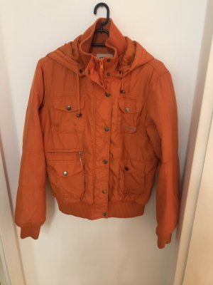 Orange Daunenjacke im Retro-Stil