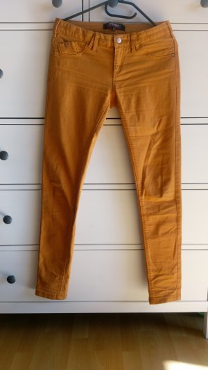 orange-farbene Jeans