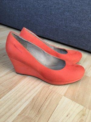 Orangefarbene Keilpumps von Tamaris