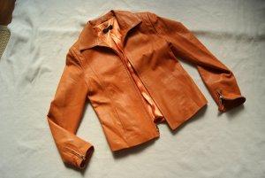 orangefarbene Lederjacke