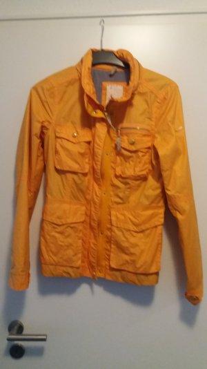 orangefarbene leichte Jacke