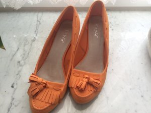 Orangefarbene Loafer. In Wildlederoptikin 39