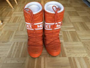 Orangefarbene Moonboots
