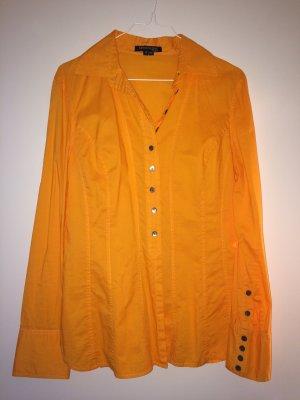 Orangefarbene, taillierte Bluse mit interessanter Knopfleiste