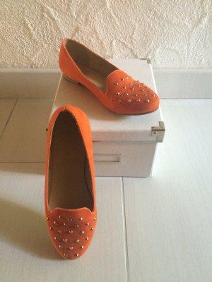 Orangene Loafers mit Nieten