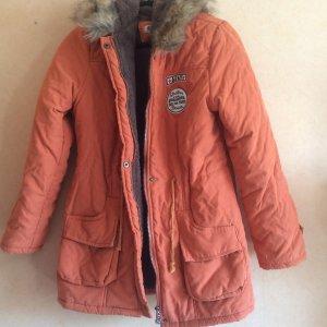 orangene Winterjacke