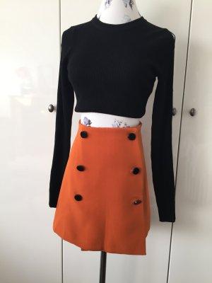 Orangener Minirock mit doppelter Knopfleiste