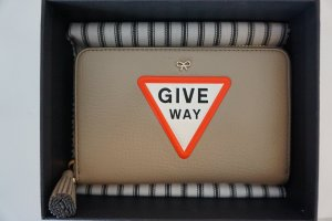 Orig. Anya Hindmarch Give Way Geldbörse greige NP 360