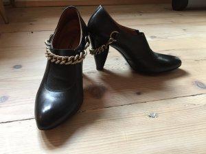 Original Hugo Boss Ankle Boots aus schwarzem Leder mit rockiger Kette